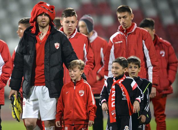 Z ihriska schádzali šokovaní hráči a smutné deti.