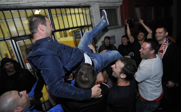 Martin Ševela oslavuje čerstvo vybojovaný titul s fanúšikmi.