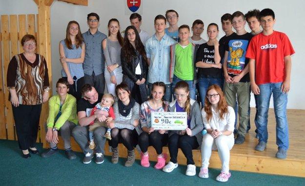 Iniciátori zbierky s učiteľkou Editou Benkovou.