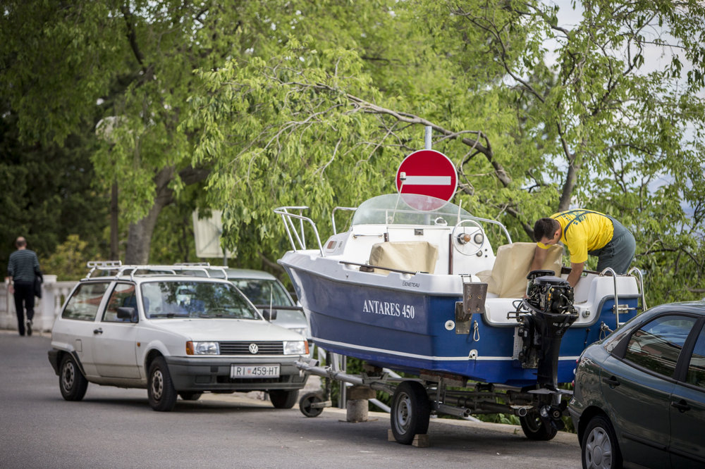 Miestny obyvateľ pripravuje svoj čln pred jeho spustením na more v Crikvenici.