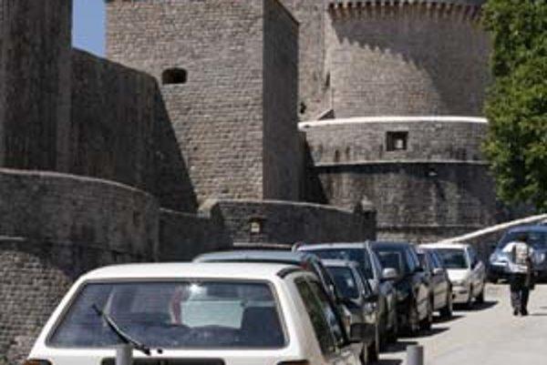 Najčastejšie býva voľné miesto v úzkej slepej uličke za hradbami. Parkovanie v strmom kopci zvládne iba lepší vodič.