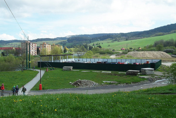 Zberný dvor sa nachádza sa na Malej Orave za lavicou cez rieku Oravu.