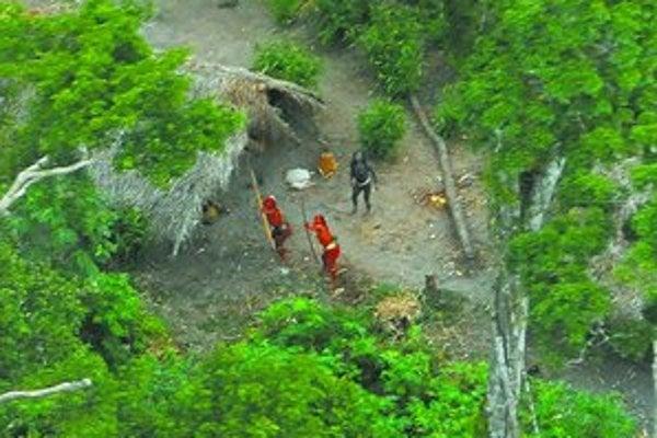 Svet ich spoznal červených. Doteraz neznámy kmeň v brazílskom pralese sa pred lietadlom s fotografom bránil lukmi a šípmi.