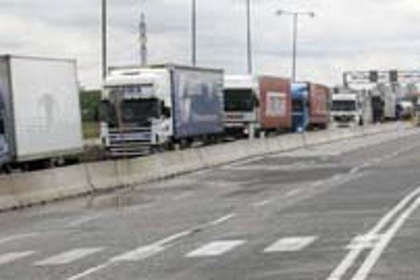Kolóny kamiónov upchali včera Prístavný most až pod hranicu s Rakúskom.