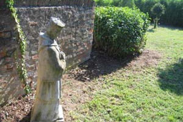 Na hradnom kopci v Nitre počas víkendu sprístupnili verejnosti historické záhrady. Prvý raz mohli Nitrania obdivovať záhrady Biskupského úradu. Okrem prekrásneho výhľadu na mesto poskytujú aj zaujímavé detaily a zákutia.