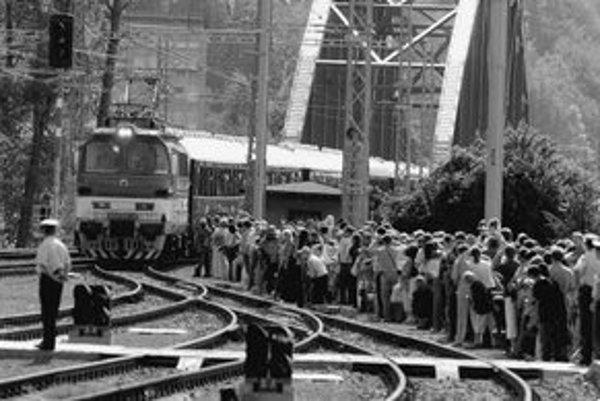 Stovky zvedavcov čakali na príchod legendárneho vlaku do Banskej Bystrice.