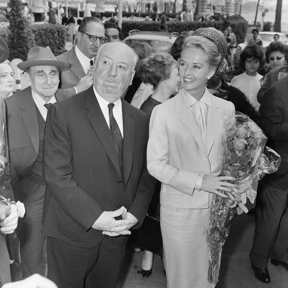 Režisér Alfred Hitchcock a americká herečka Tippi Hedrenová prichádzajú do hotela Carlton na predstavenie ich filmu Vtáky.