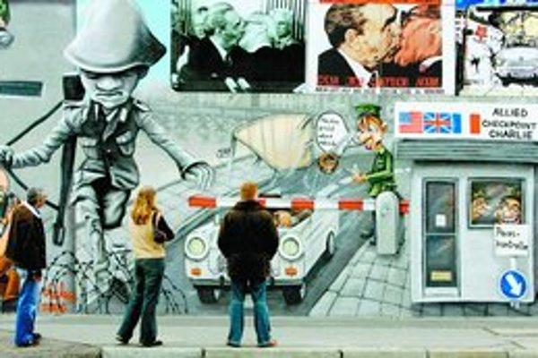 Na častiach múru sú teraz pokreslené grafity.