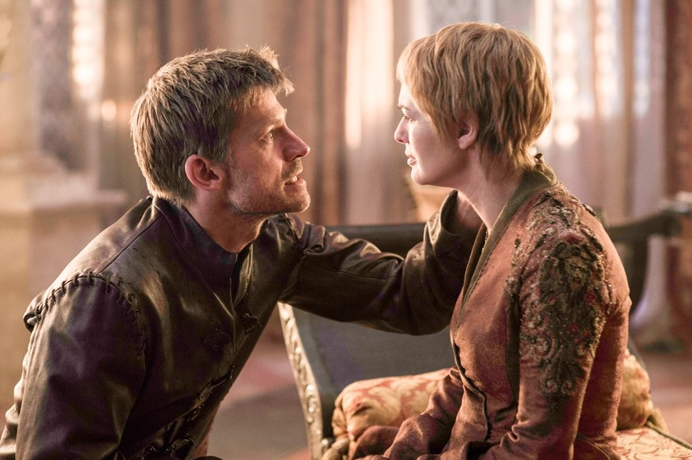 Hra o tróny. Jamie (Nikolaj Coster – Waldau) a Cersei (Lena Headey) Lannisterovci, dvojčatá, ktoré majú medzi sebou viac než silné súrodenecké puto.