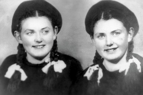 Dvojičky, ktoré prežili Mengeleho pokusy. Eva Korová (rodená Mozesová) so sestrou Miriam v roku 1949.