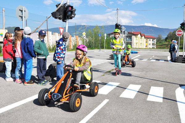 Deti s radosťou využívajú nové autíčka, kolobežky a bicykle.