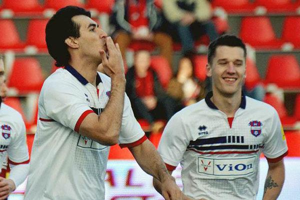 Brazílsky obranca De Souza (vľavo) už strelil v tejto ligovej sezóne 9 gólov!