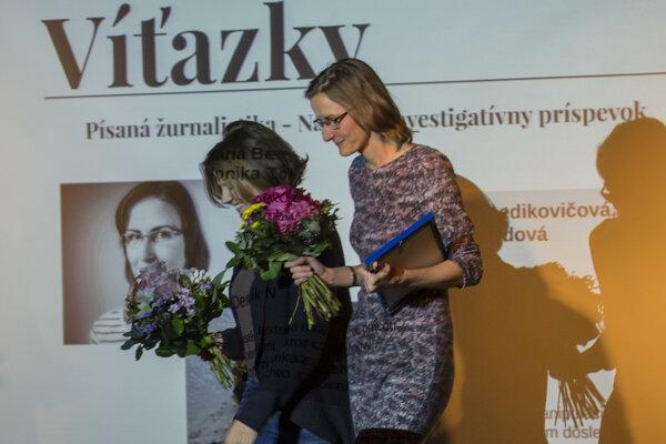 Na snímke zľava Monika Tódová a Mária Benedikovičová získali ocenenie v kategórii písaná žurnalistika.