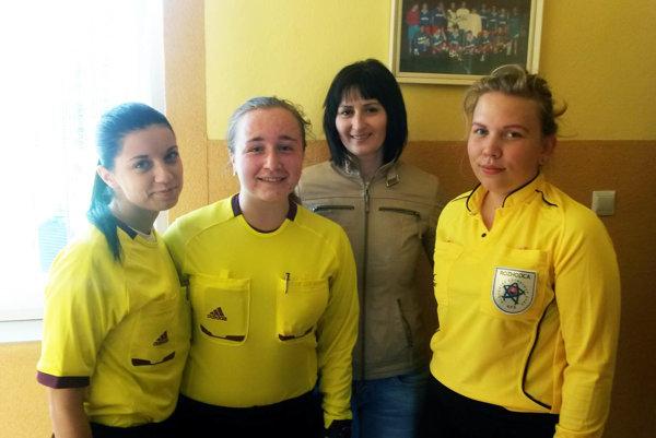 V žltých dresoch zľava Michaela Göndörová, Kristína Hložková a Zuzana Gajanová, za nimi Alena Jančoková Žáčiková, predsedkyňa Komisie rozhodcov v Oblastnom futbalovom zväze v Nitre.