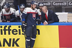 Zdeno Cíger komunikuje s kapitánom Andrejom Sekerom.