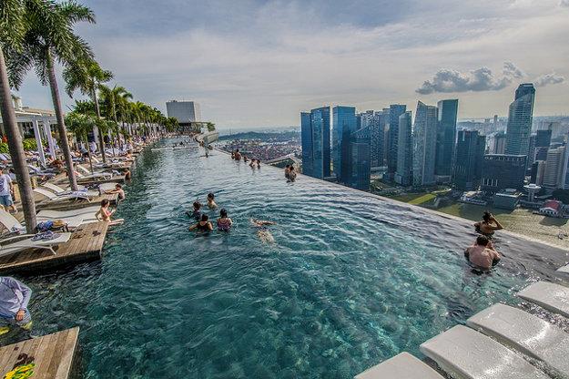 Nekonečný bazén hotela Marina Bay Sands v Singapore.