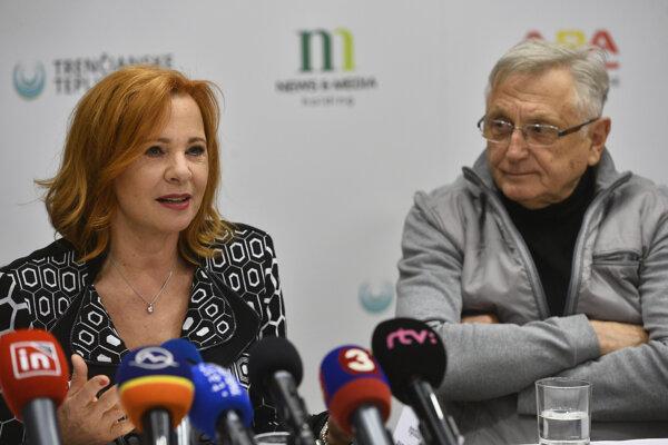 Členovia prezídia festivalu Kamila Magálová (vľavo) a Jiří Menzel počas tlačovej konferencie k Medzinárodnému Filmovému festivalu v Trenčianskych Tepliciach.