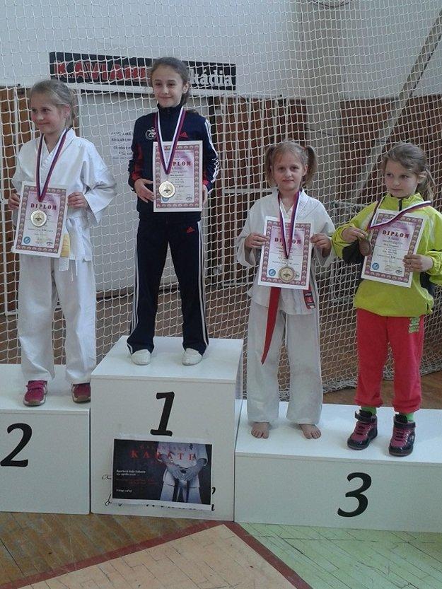 Stellka Bytčanek (druhá sprava) získala v Galante bronz.