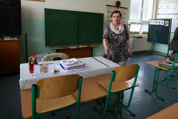 Riaditeľka školy v Brehoch Mária Škodová pri lavici, kde sedával Marco.