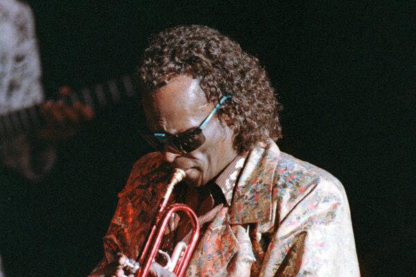 Miles Davis sa narodil 26. mája 1926 a zomrel 28. septembra 1991.