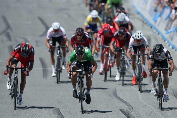 Peter Sagan (v zelenom) počas záverečného špurtu.