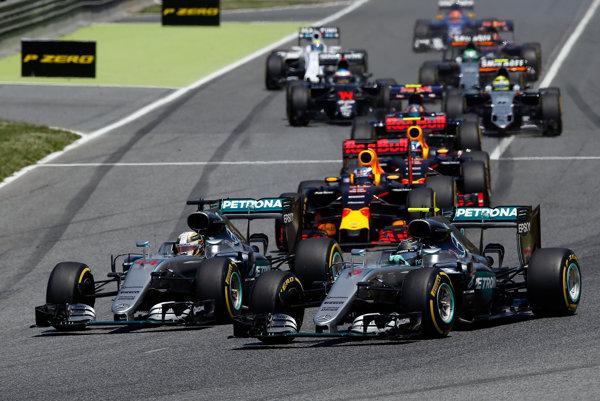 Lewis Hamilton a Nico Rosberg vchádzajú do prvej zákruty na veľkej cene Španielska.