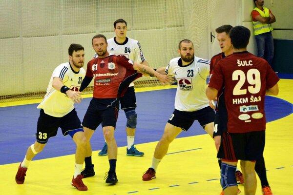 Hádzanári Šale vyhrali v Topoľčanoch a vedú v sérii 2:1. V červených dresoch zľava S. Mažár, Páleš a Šulc.
