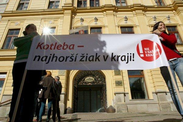 Kotleba - najhorší žiak v kraji, hlásal transparent.