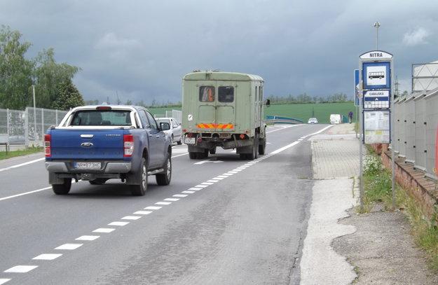Zastávka, smer Cabaj. Cesta je privádzačom na R1.