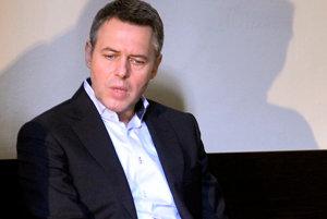 Exposlanec za Smer-SD Vladimírom Jánošom čelí obžalobe zo zločinu týrania blízkej a zverenej osoby.