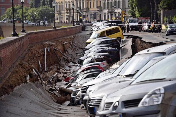 Osobné automobily, ktoré sa ocitli v jame po prepadnutí časti nábrežia.