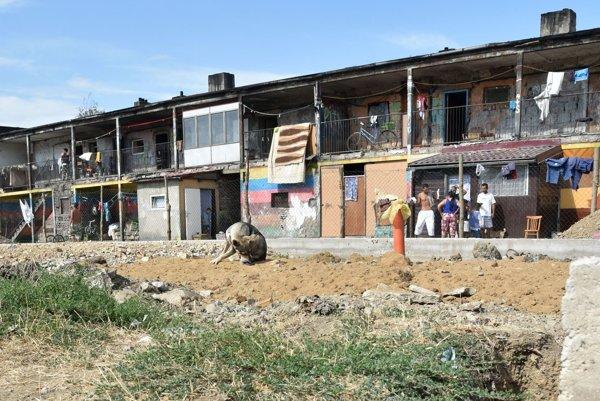V osade Angi mlyn žije približne 2500 obyvateľov. V minulom roku tu mesto Michalovce obnovilo základnú školu pre 190 žiakov. Na jeho realizáciu získalo 1,42 mil. eur z eurofondov.