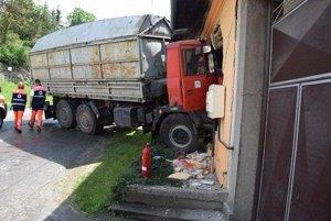 Tatrovka prerazila hrubý obvodový múr.
