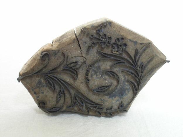 Modrotlačová forma z mosadzných plieškov.