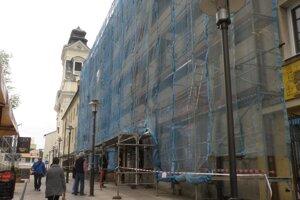 Rehoľa piaristov zabezpečuje obnovu fasády budovy, ktorá jej patrí.