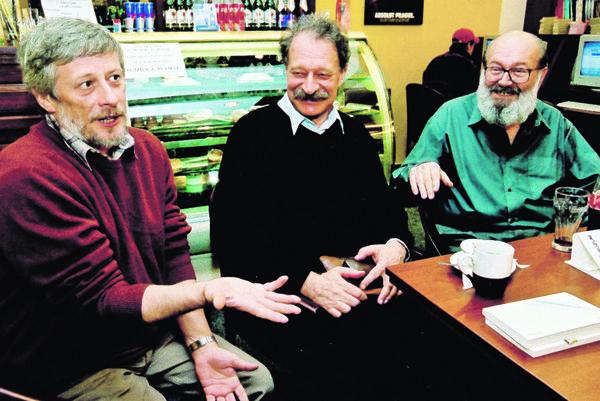 Zľava Dušan Polakovič, Tomáš Janovic a Kornel Földvári, ktorých spájalo nielen úprimné priateľstvo, ale aj schopnosť vyrábať dobrý humor.
