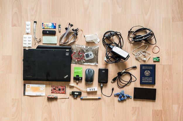 Pastilky na bolesť hrdla, paracetamol, kábel, utierky na okuliare, modem, záplaty, dva USB UART konvertory, káble, účty, nabíjačka, dvoje slúchadlá, gumička, notebook, káble, SD karta, PGP smart karta, myš, externá batéria, mini USB, pas, stravné lístky, logický analyzátor, skrutkovač, čítačka SD karty, USB rozdvojka, pero, cukríky, telefón.
