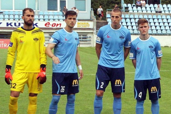 S Dušanom Kolmokovom v bráne získala Nitra v posledných štyroch zápasoch 10 z 12 bodov. Vedľa neho stoja Adam Dunda, Marián Kolmokov a Samuel Ďurek.