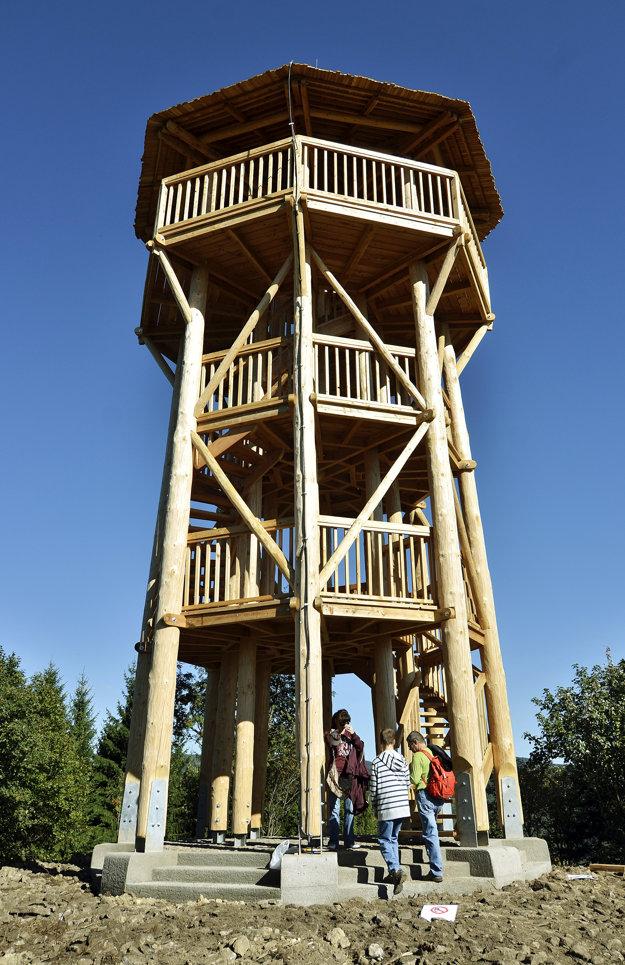 Vyhliadková veža na Krahulskom vrchu nad Kremnicou priťahuje desiatky návštevníkov.