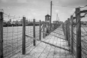 Za ostnatým drôtom zajatci žili aj zomierali.