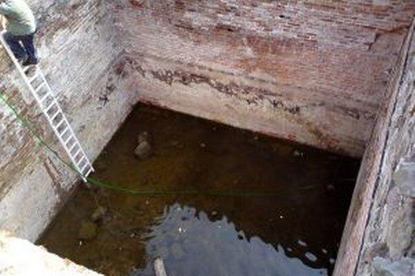 Vodu z cisterny na Hornom hrade pravidelne odčerpávajú.