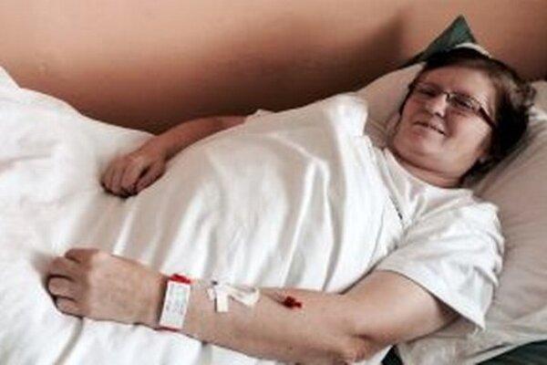 Pacientka s náramkom na ruke.