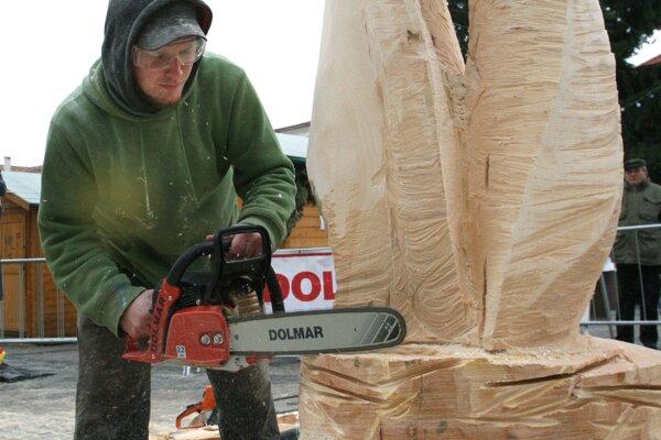 Výťažok z predaja vyrezaných drevených diel pôjde dievčatku bojujúcemu s leukémiou.