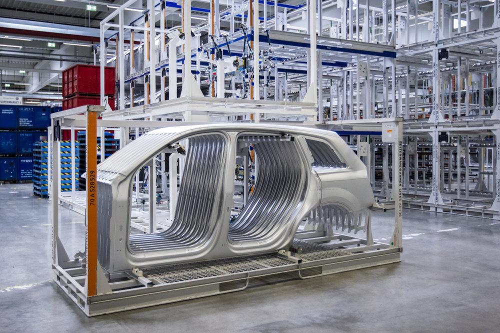V bratislavskej lisovni sa vyrábajú prevažne hliníkové vonkajšie pohľadové diely a časť vnútorných dielov pre Audi Q7 (na obrázku bočný diel pre Audi Q7), ale napríklad aj predná kapota pre Porsche Macan.