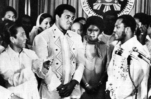 Aj tento záber ukazuje, ako sa Ali a Frazier (vpravo), ktorý práve povedal niečo na adresu svojho rivala do mikrofónu, neznášali.