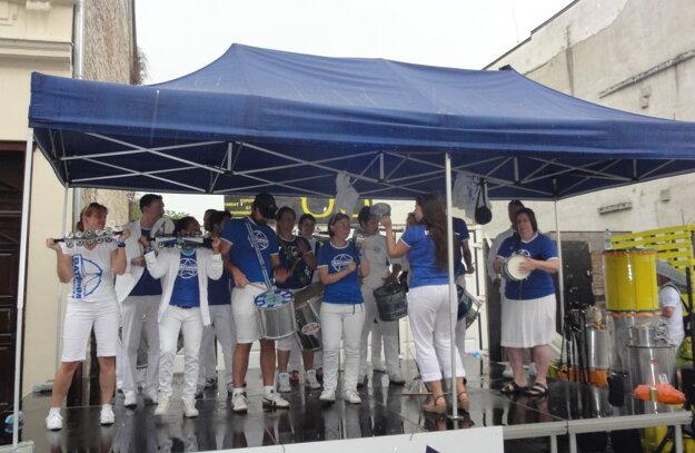 Vystúpenia bubeníkov pokračovali aj za dažďa na krytých pódiách.