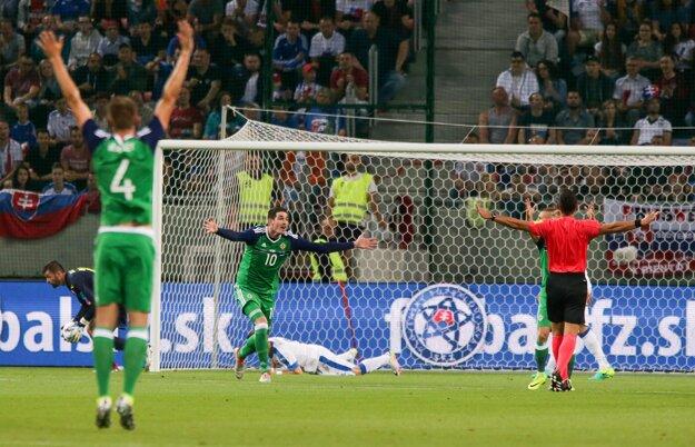 Severní Íri si pýtali penaltu po ruke Petra Pekaríka.