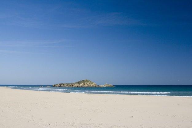 Pláž Su Giudeu na juhu Sardínie.