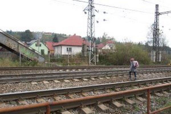 Školáci si cestu do školy skracujú cez trať.