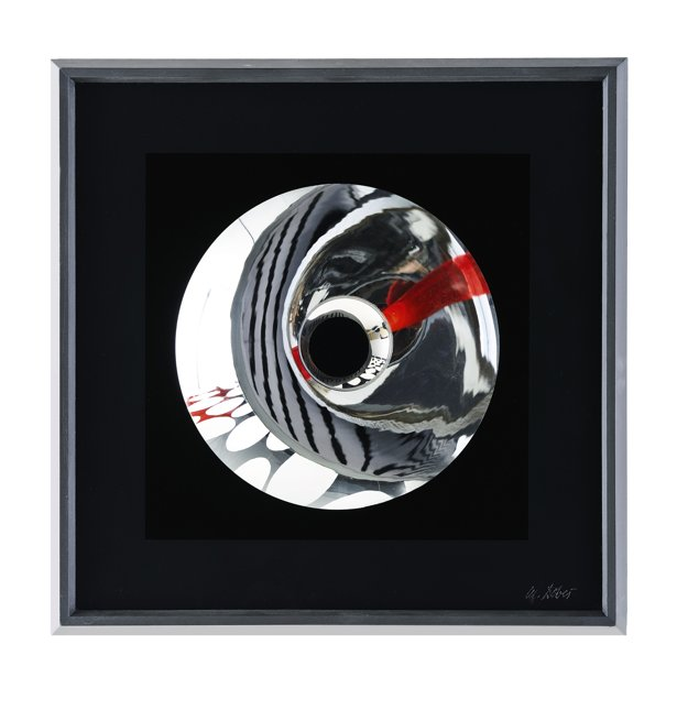 Milan Dobeš. Pohyblivá štruktúra s červeným bodom. Odhad 10- až 15-tisíc libier, predané za 12 500 libier.